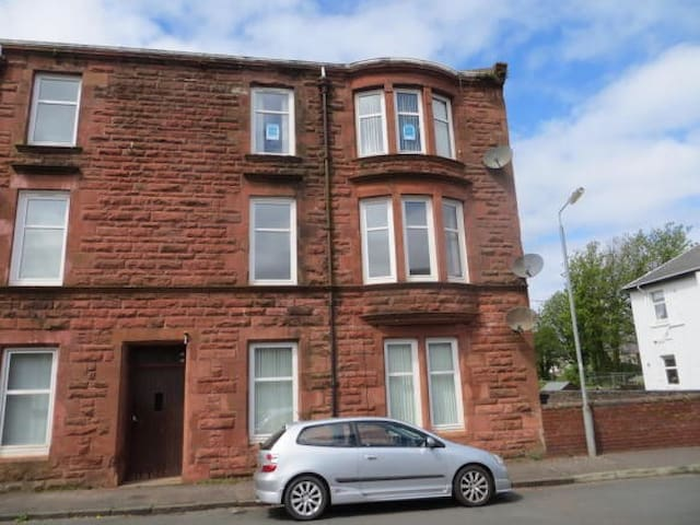 Bright, spacious, refurbished town centre flat.