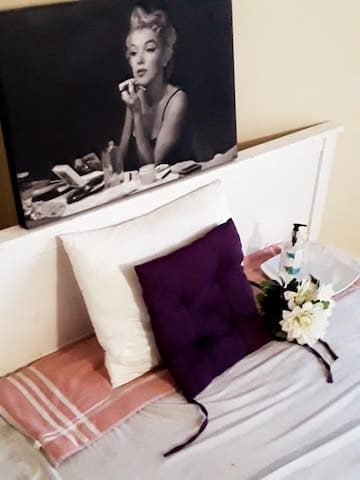 The MARILYN-MONROE Boutique-Elegant Bachelor Suite