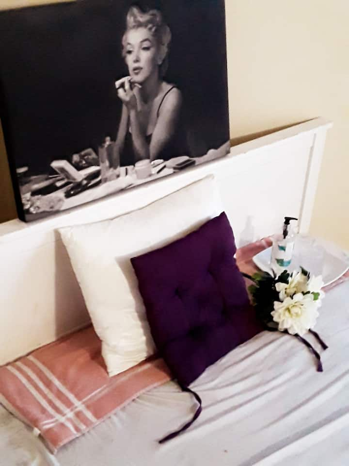 The MARILYN-MONROE Boutique-Elegant Bachelor Suite