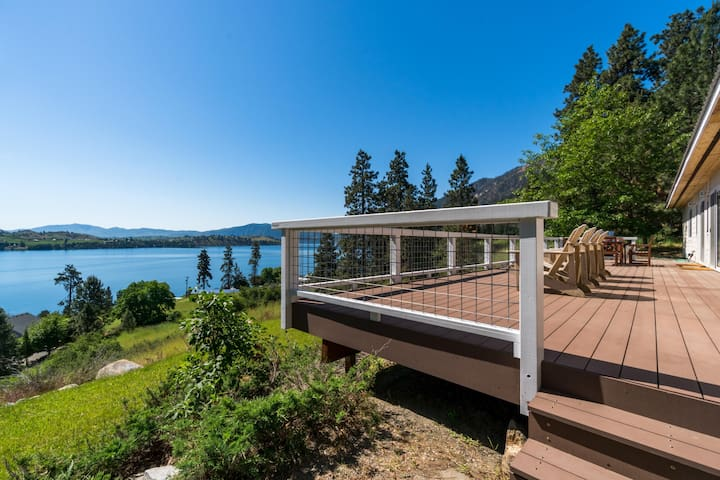 Lake Chelan view home w/large deck, new hot tub, Ping-Pong & foosball table