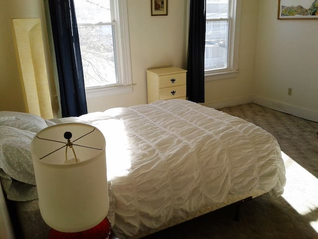 Sunny, pleasant room in Church Hill Richmond