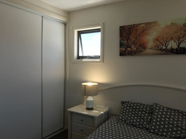 Private room with QS  bed, free WIFI & Parking - Greenway