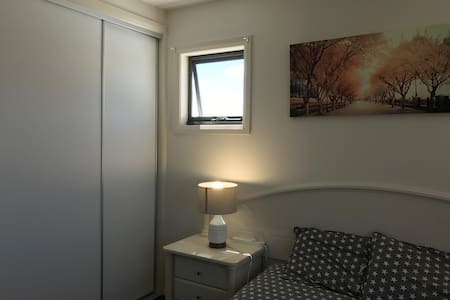 Private room with QS  bed, free WIFI & Parking - Greenway - Daire