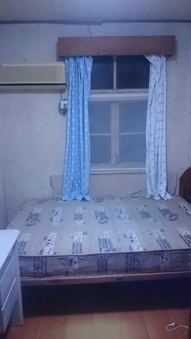 床宽1.5M,窗,空调,书桌。