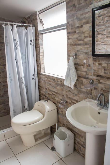 Baño completo de la habitación matrimonial