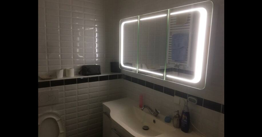 Schönes 2-Bett Zimmer in renoviertem Altbau in WG