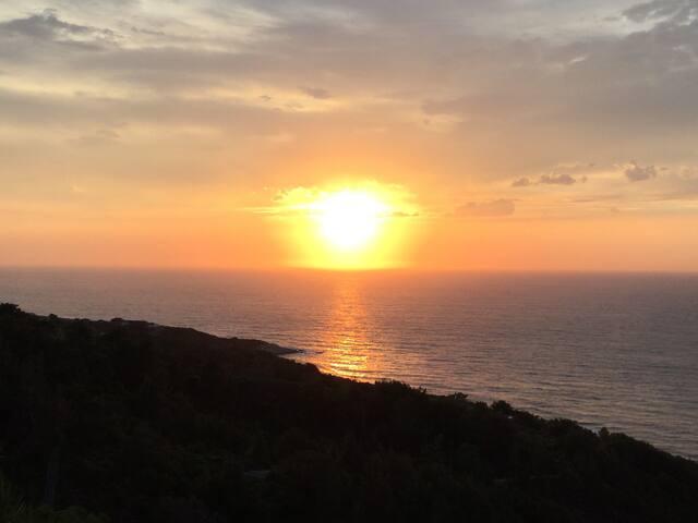 Le coucher de soleil sur la mer