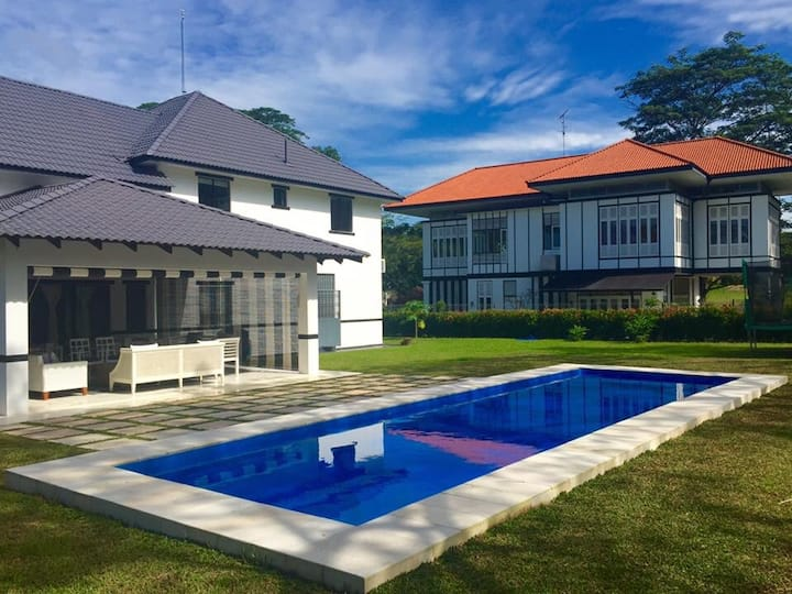 Luxury family friendly home, with pool! Sleeps 10