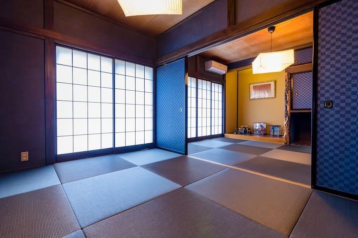 1階の和室は高級琉球畳みで日本の和を味わうことができます。和室にはテーブルとテレビもご用意しております。