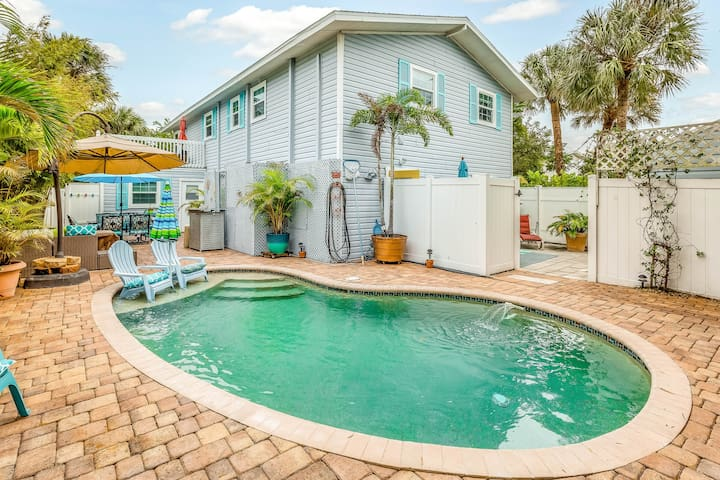 Dog-friendly studio w/ heated pool and beach access - close to shops!