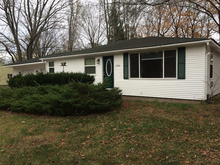 Cute 3 Bedroom House 3 Miles from Lake Michigan!