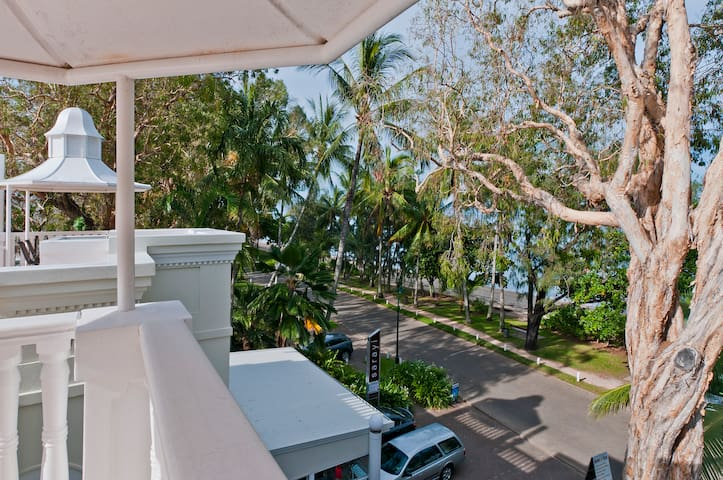 Palm Cove One Bedroom Apartment with Mountain View