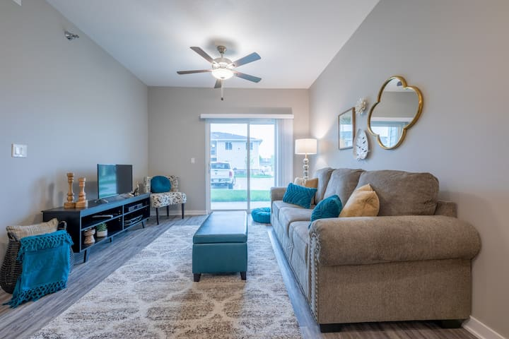 """The Palm"" 2BD/2BA Apartment Near I-80/I-35"