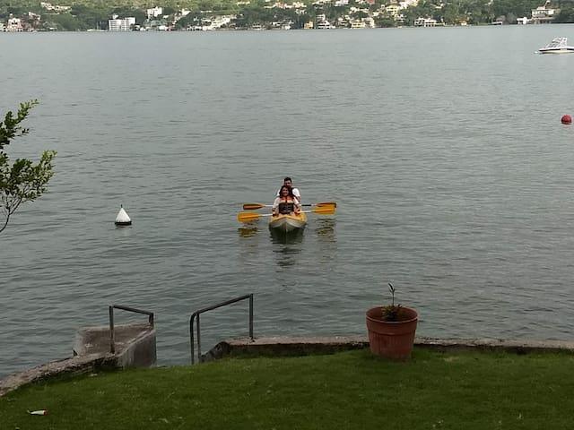 Pareja regresando de disfrutar el ejercicio  y la tranquilidad en Kayak