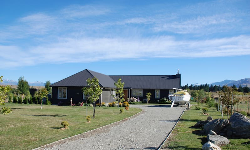 Comfortable home, mountain views, 12km from Wanaka - Luggate - Huis