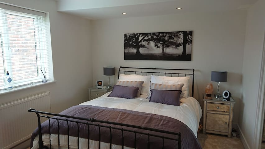Large, One King-Bed Apartment Close to Goodwood.