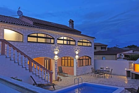 Charming villa with pool in small place - Ližnjan - Villa