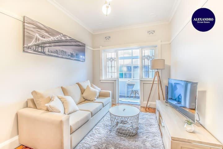 STYLISH RENOVATED ART DECO APARTMENT KIRRIBILLI