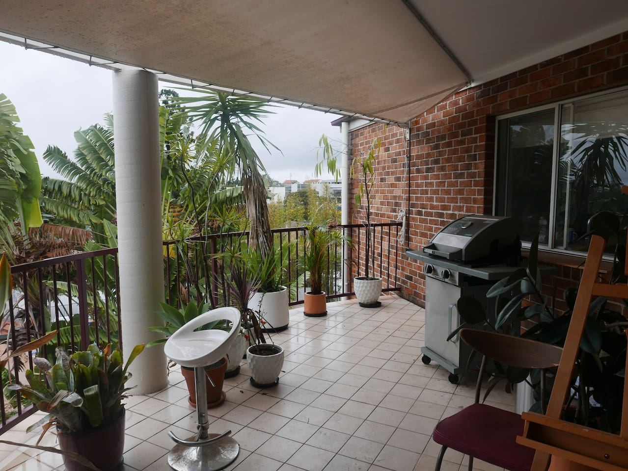 2 bedroom apartment with city views  in leafy Taringa suburb near all transports. 10 minutes for the City