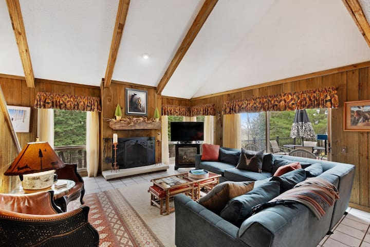 Family-friendly home with expansive patio, private hot tub- access to clubhouse!