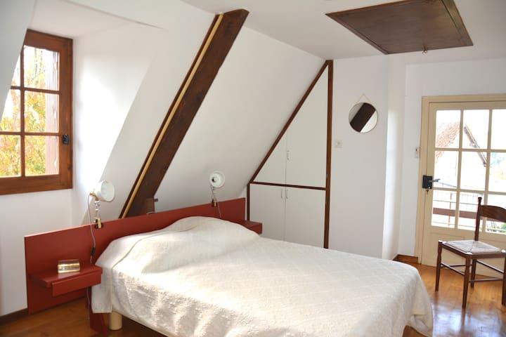 Chambre 4 à l'étage, cette chambre dispose d'un accès direct à l'extérieur Cette chambre a également un accès direct à la salle de bain de l'étage