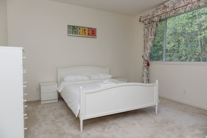 YOUR LAVISH HOM(URL HIDDEN)ROOM 2 - West Vancouver - Talo