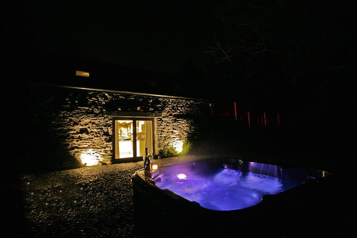 Luxury Self Catering Fishing Lodge with Hot Tub