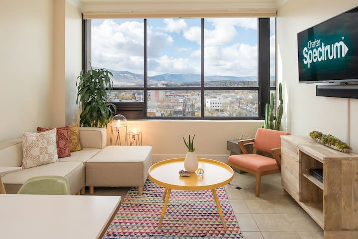 Panoramic Mountain View Penthouse Suite - Reno - Apartamento