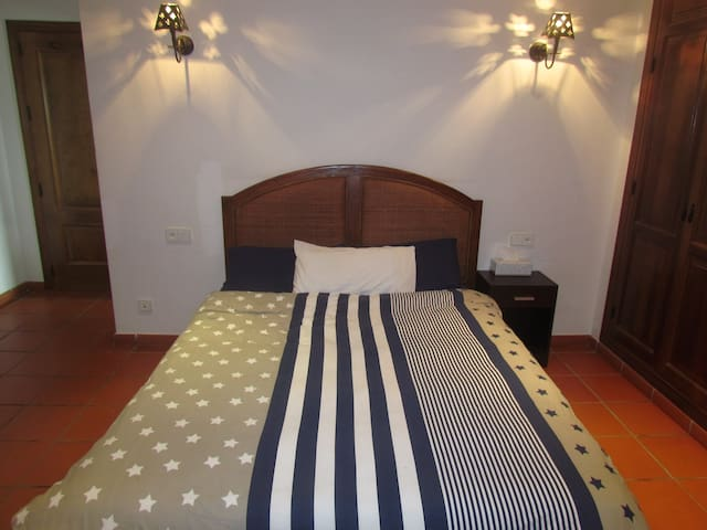 Double room with ensuite bathroom and the terrace - San Enrique de Guadiaro - Apartamento