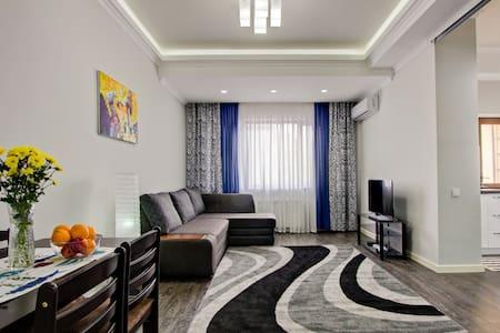 Best location Sunny 70m2 - Bischkek - Wohnung