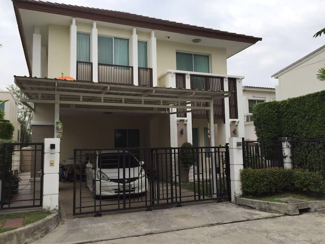 3 BR\3 BA with Gym, Pool, 7 Min from BKK Airport - Bangkok - Haus