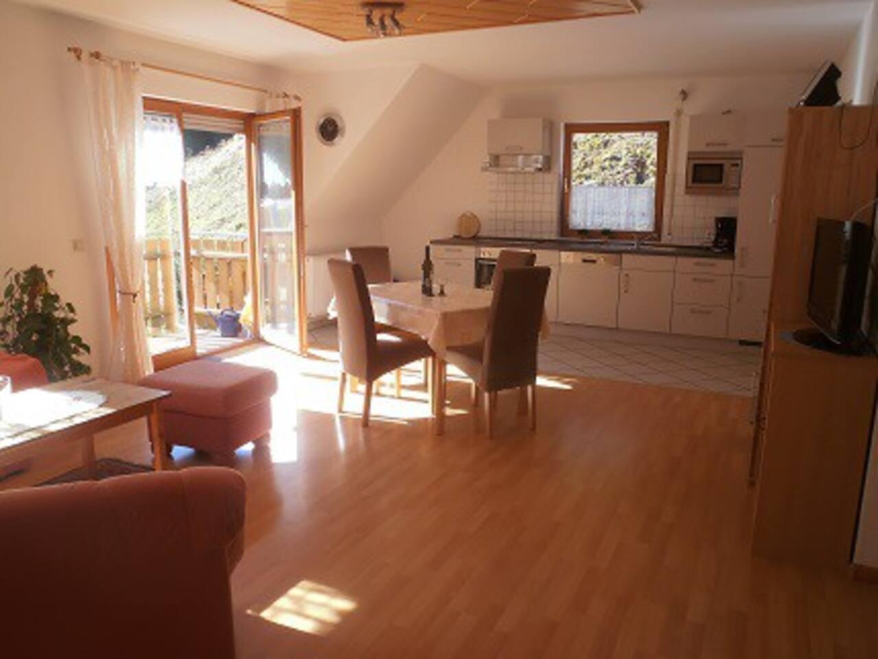 Wohnzimmer mit Sicht zur Küche