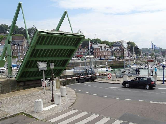 pont donnant accès au port de plaisance