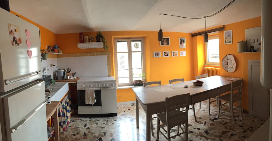 Lovely home in the old city centre - Castagnole delle Lanze - Huis