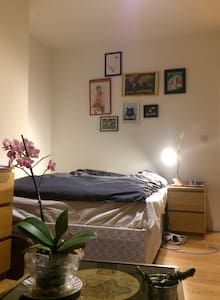 Spacious bedroom with a sofa in a refurbished flat - London - Apartment