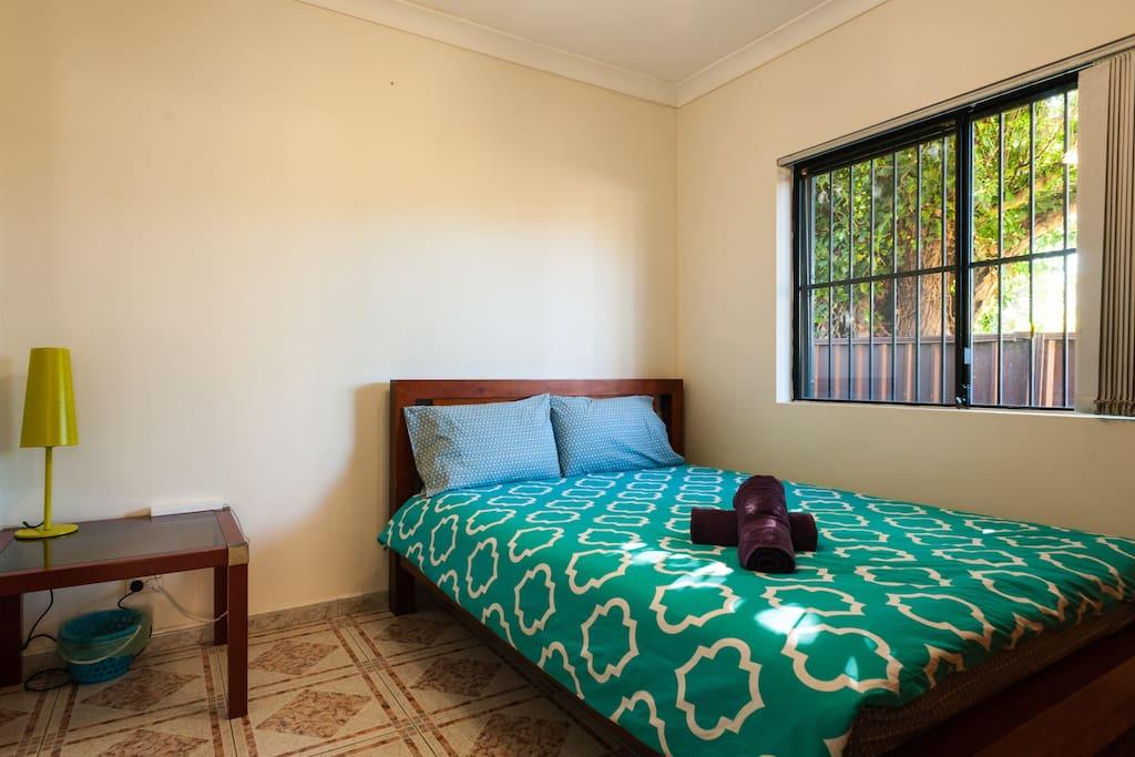 五房别墅中的101双人大床房,内有入墙衣柜。