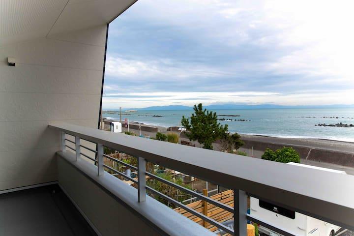 「eat&stay ROMEY  」用宗海岸オーシャンビュー!1階のカフェで海を見ながら寛げる