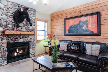 Beautifully themed and Professionally Decorated Cabin in the Heart of Branson!