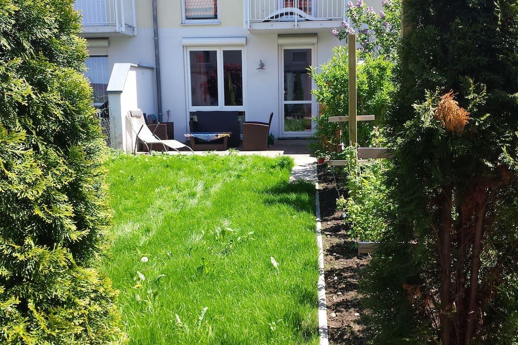 Garten zur Mitbenutzung mit Lounge, Liegestühlen und Grillmöglichkeit!