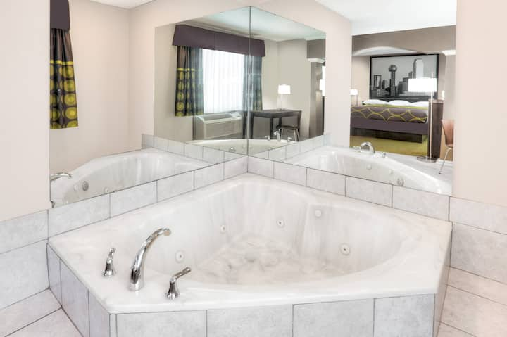 Super 8 by Wyndham DFW Airport West- Jacuzzi Suite