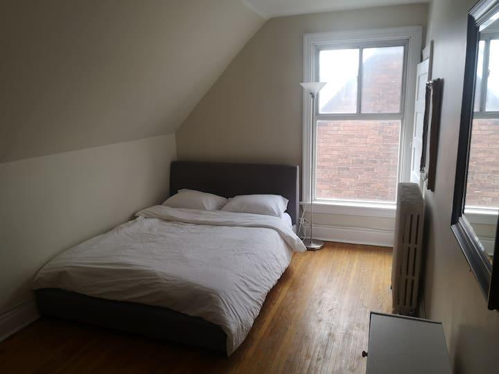 3rd floor large private room in safe neighbourhood