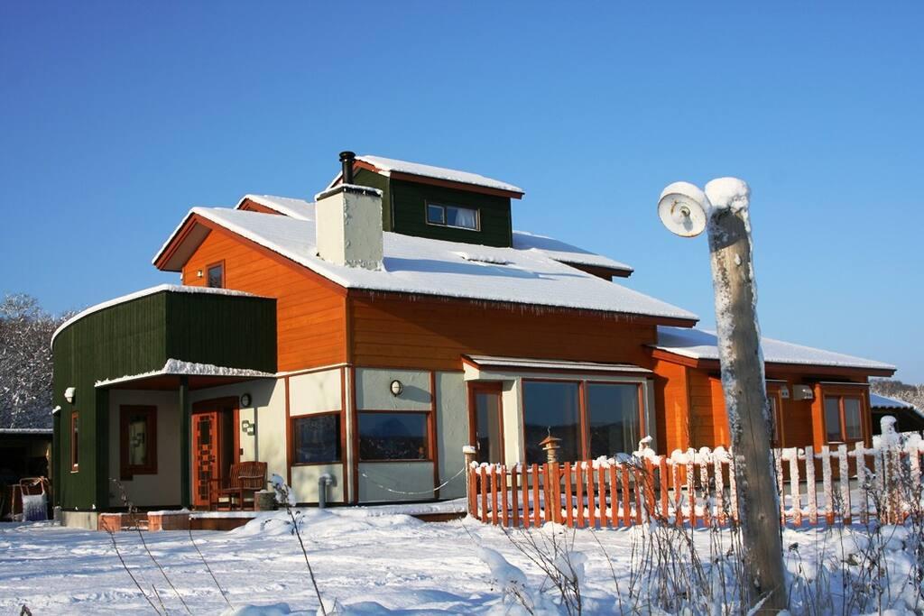 冬は雪と氷に囲まれた清浄な世界。 Poroto Lodge in winter