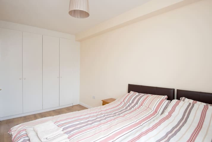 Private double / twin room in city near Temple Bar