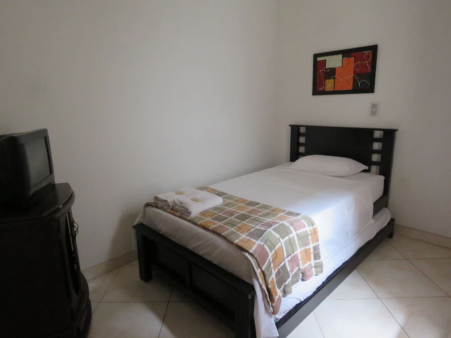 dormitorio acogedor con muy buena ventilacion,ventana a un patio interior