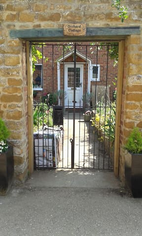 Edge of Cotswolds. .Orchard Cottage,Deddington