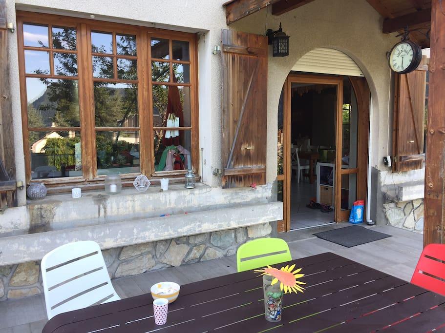 Belle terrasse pour profiter des repas à l'exterieur