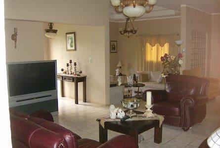 Casa cómoda en urbanización. - Diriamba - Rumah