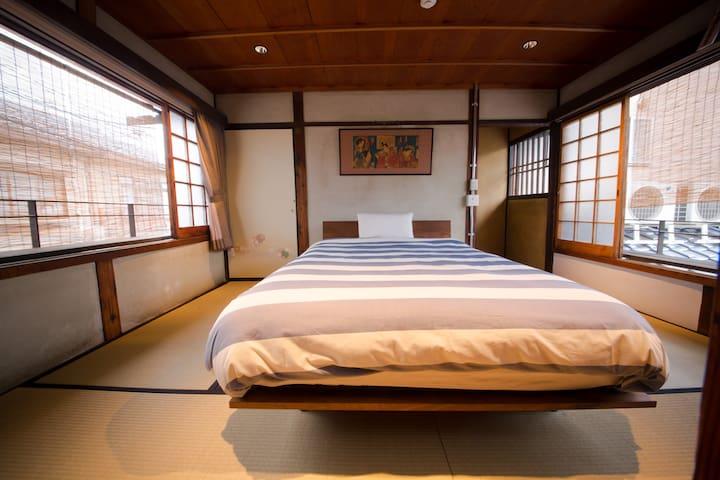 二层洋式卧室Bedroom with queensize