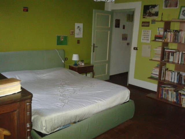 camera in casa condivisa nella campagna lucchese