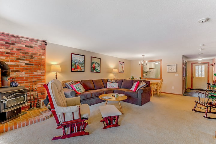 Condo w/ gorgeous Cranmore view, shared pool/tennis, AC & WiFi - near town!